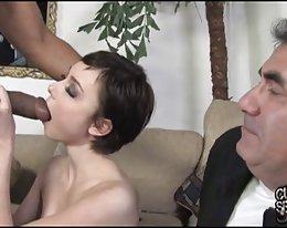 dünne Frau nimmt dicken schwarzen Schwanz während der Cuckold-Uhr