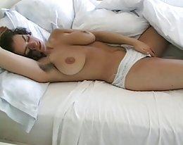 große natürliche Titten und haarige Muschi