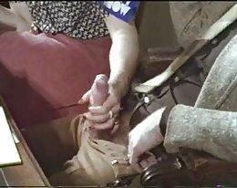 Typ bekommt einen Handjob in einem retro Vintage porno