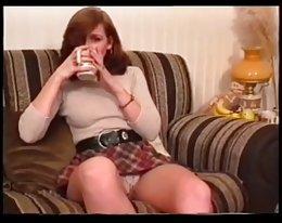 eine Amateure-Mädchen zeigt Upskirt und dann trinkt Tee (Mrno)