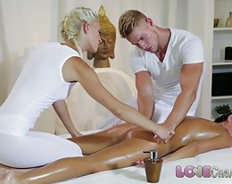 Liebe Creampie junges Mädchen bekommt Sperma innen ölige Massage