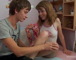 junge Teen Schwester stöhnt Reiten einen jungen Hahn